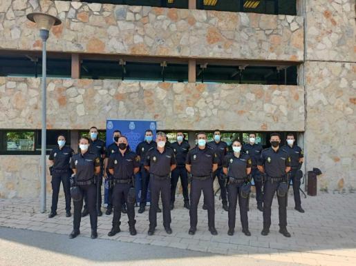 Los 16 agentes y el inspector en prácticas junto al comisario, Manuel Hernández.