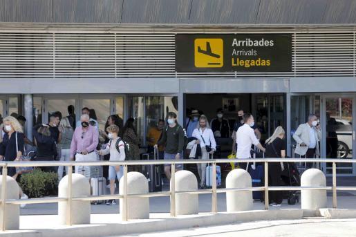 Llegada de turistas al aeropuerto de Ibiza.