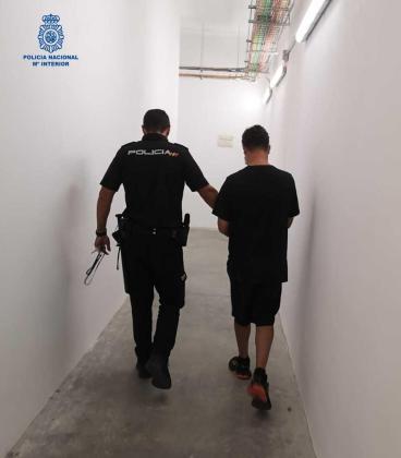 Un agente de la Policía Nacional acompaña al detenido.