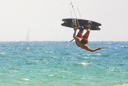 La práctica del kitesurf no está permitida en la zona de baño.