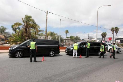 Operativo conjunto en Ibiza de inspectores del Consell, del Govern y Guardia Civil de Tráfico.