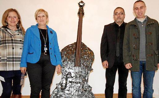 Aina Rovira, Apol.lònia Rotger, regidora Cultura; Toni de la Mata y Biel Tauler, alcalde de Felanitx.