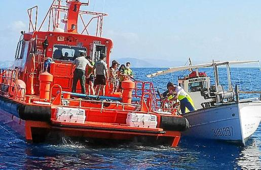 Imagen del rescate, el martes, de la tripulación del 'Kahos'.