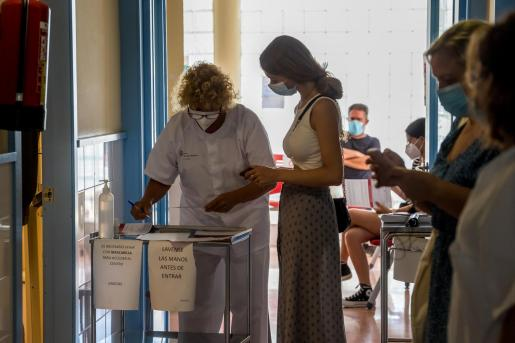 Ciudadanos esperando ayer a ser vacunados en la Unidad Básica de Salud de Sant Lluís.