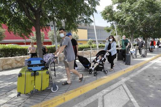 Turistas ingleses llegando al aeropuerto de Ibiza.