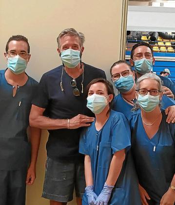 Una de las personas que han recibido la vacuna en calidad de desplazado, en Eivissa, es el empresario audiovisual Emilio Aragón.