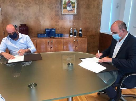Un momento de la firma del contrato ayer, en la sede del Consell.