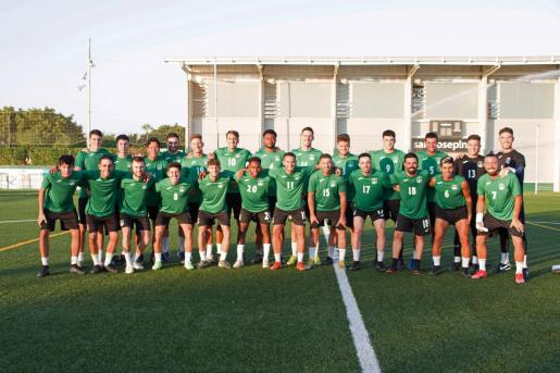 La actual plantilla de la Penya Esportiva Sant Jordi posa antes del primer entrenamiento de esta pretemporada.