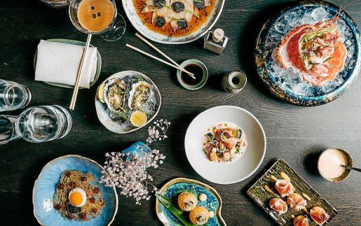 Un viaje culinario de inspiración asiática e internacional en Oku Restaurant.