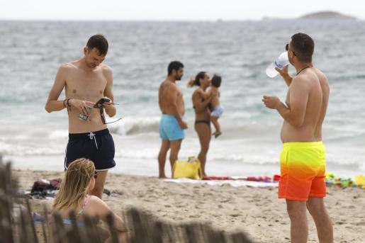 Gente disfrutando de la playa en Ibiza.