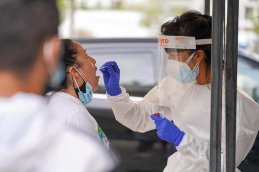 Un sanitario realiza una prueba de detección del coronavirus en Ibiza.