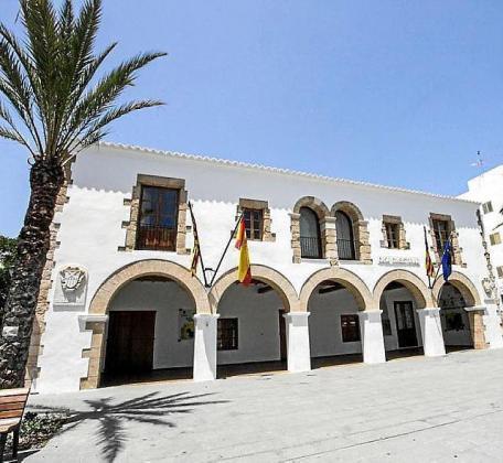 Facha del Ayuntamiento de Santa Eulària.
