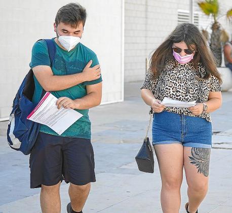 Dos jóvenes salen ya vacunados del Recinto Ferial.
