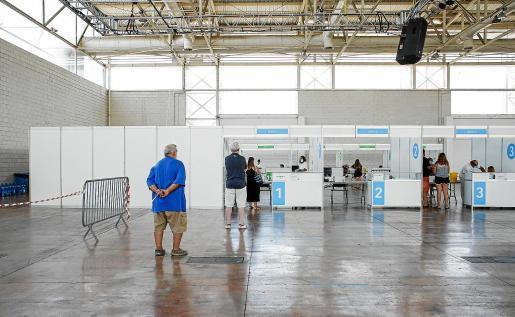 En el mostrador de AstraZeneca este sábado hubo un goteo continuo de personas cuando lo habitual es que casi no haya gente.