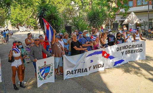 Varias decenas de personas apoyaron la concentración en Vara de Rey en la que se leyó un manifiesto frente a los abusos de la dictadura comunista cubana.