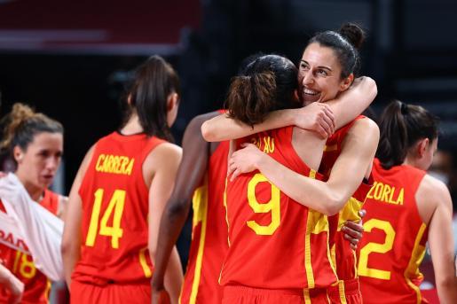 La jugadora mallorquina Alba Torrens celebra junto a sus compañeras la victoria de la selección española ante Canadà.