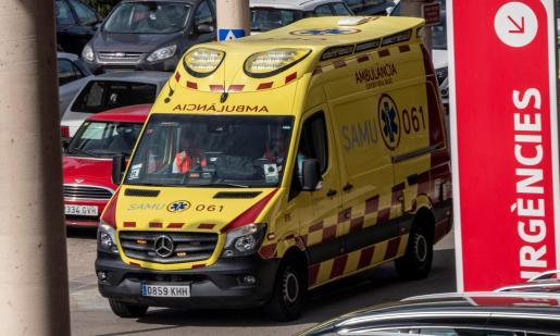 Imagen de una ambulancia del SAMU061 en el Hospital Universitari Son Espases.