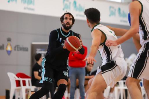 Jordi Grimau se dispone a lanzar a canasta durante un partido de la temporada pasada.