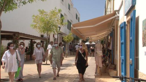Gente paseando en Formentera.