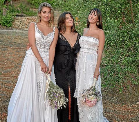 Maria Torres, en el centro vestida de Charo Ruiz, fundadora de By Ourselves Wedding.