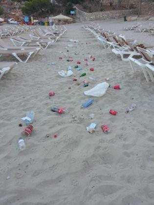 Estao de la playa tras un botellón.