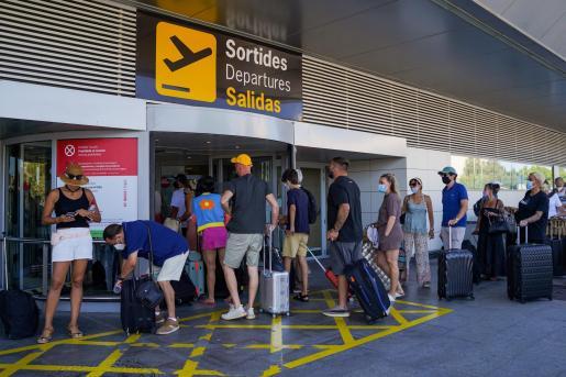 Zona de 'salidas' del aeropuerto de Ibiza, este domingo.