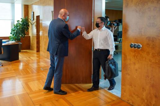 El presidente del Consell, Vicent Marí, saluda al conseller, Josep Marí Ribas.