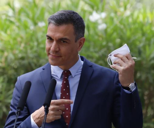 Pedro Sánchez se quita la mascarilla al iniciar la rueda de prensa posterior al despacho real.