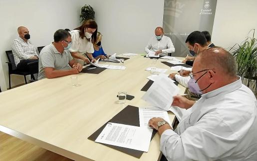 Un momento de la firma de los convenios ayer, en Ca na Putxa.