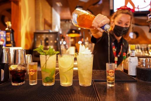Una camarera prepara un cocktail.