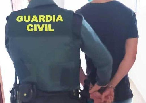 Un guardia civil traslada al detenido por un hurto.