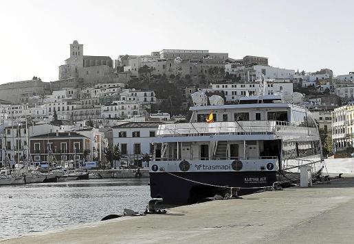 Una de los barcas que conecta Ibiza con Formentera, amarrado en el puerto.