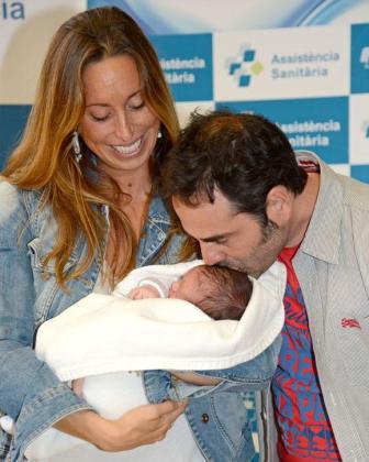 Gemma Mengual mira a su marido mientras éste le da un beso al pequeño Joe.