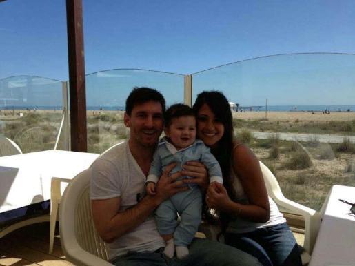 Leo Messi y Antonella Rocuzzo sostienen a su hijo, Thiago.