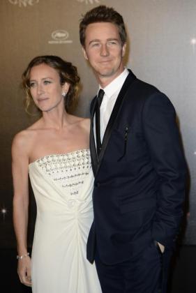 El actor estadounidense Edward Norton (d) y la productora canadiense Shauna Robertson (i) a su llegada a la cena de inauguración en el pabellón Agora tras la ceremonia inaugural de la 65 edición del Festival de Cannes (Francia).