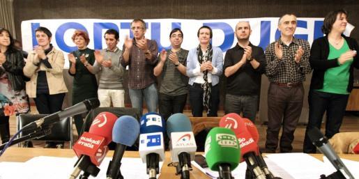 Miembros de la coordinadora Gesto por la Paz de Euskal Herria, aplauden durante la XXV Asamblea general extraordinaria.