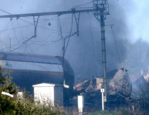 Parte del tren de mercancías tras la explosión.
