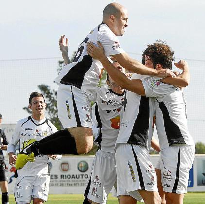 Los futbolistas de la Peña celebran un gol anotado esta temporada.