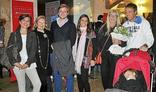 Marta Llanes, Úrsula y Maximilian Kahne, Daniela Rogoff, Vesna Mímica y Matthias Soeder con el pequeño Kal.