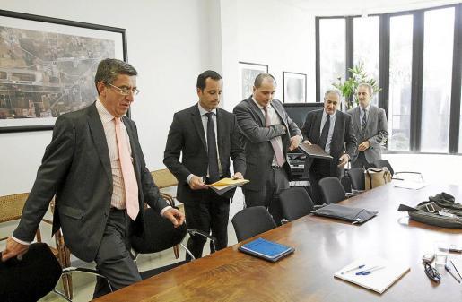 De izq. a dcha. San José, González, Cañete, Alvárez y Llamas al inicio del encuentro con la prensa.