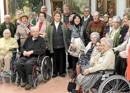 La artista posa rodeada de familiares y amigos en la inauguración de la exposición.