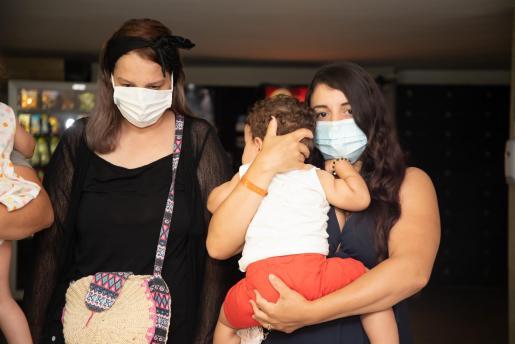 «Es inocente». La mujer del supuesto líder de la organización (a la derecha, con su hijo y su cuñada) insiste en que él es inocente y que las autoridades de Argelia mienten.