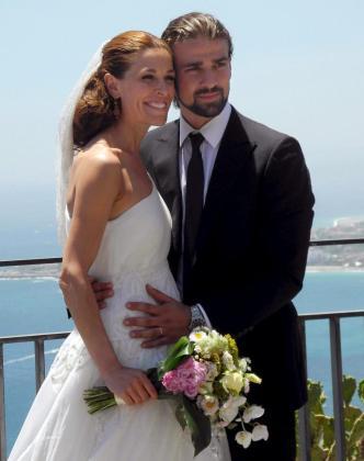 Foto de archivo del 22 de junio de 2012 de la presentadora de televisión Raquel Sánchez Silva junto a su marido, el operador de cámara italiano Mario Biondo, durante su boda en Taormina.
