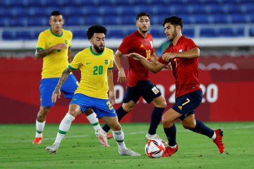 El centrocampista mallorquín Marco Asensio regatea ante el centrocampista brasileño Claudinho en la final de fútbol masculino entre Brasil y España durante los Juegos Olímpicos 2020.