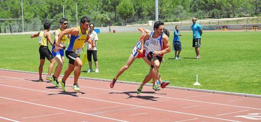El CA Pitiús (de blanco) dominó las dos pruebas de relevo 4x400 metros, y pusieron el colofón perfecto a su actuación en los campeonatos.