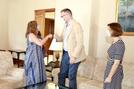 Armengol saluda al cónsul en el Consolat.