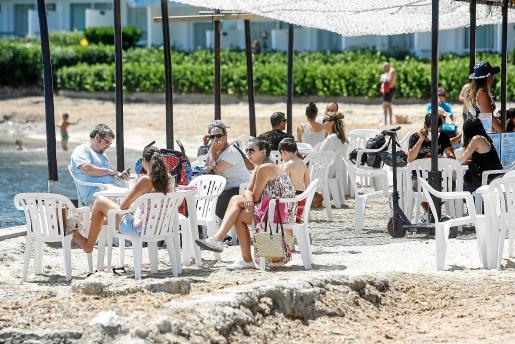 Clientes en la terraza de un bar junto a la playa de Talamanca.