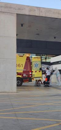 Traslado de un paciente de Can Misses a la UCI de Son Espases el pasado viernes.