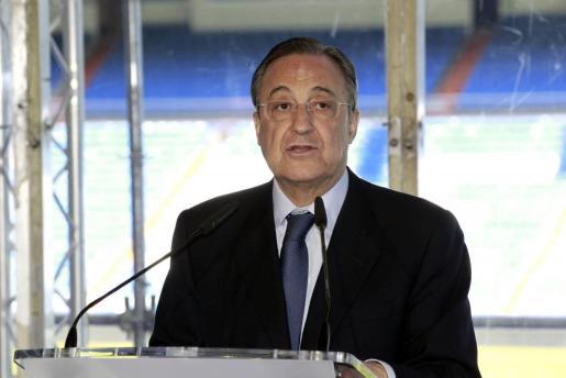 Florentino Pérez, proclamado hoy presidente del Real Madrid para un cuarto mandato, durante su intervención en el estadio Santiago Bernabéu.