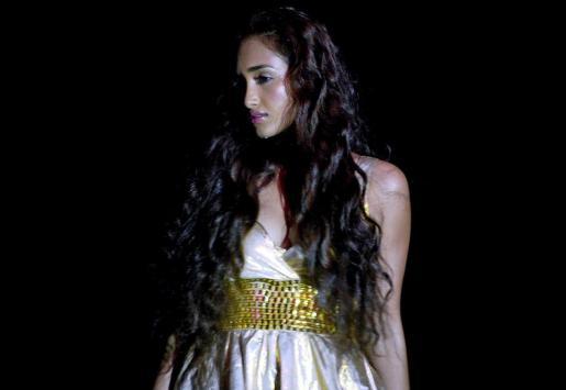 Imagen de archivo distribuida hoy martes 4 de junio de 2013 que muestra a la actriz de Bollywood Jiah Khan durante un espectáculo de moda en Nueva Delhi.